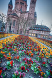 Średniowieczny europejski kościół z flowerbed outside fotografia royalty free
