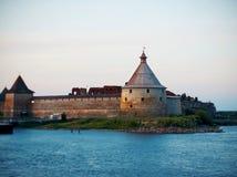 Średniowieczny forteczny Oreshek na wyspie wśród rzeki zdjęcia royalty free