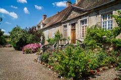 Średniowieczny Francuski dwór z ogólnymi kurenda krokami dzwi wejściowy w Autun, Burgundy, Francja zdjęcie royalty free