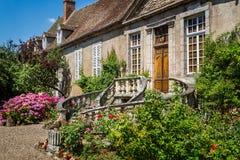 Średniowieczny Francuski dwór z ogólnymi kurenda krokami dzwi wejściowy w Autun, Burgundy, Francja obraz royalty free