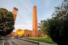 Średniowieczny góruje w piazza Leonardo Da Vinci w Pavia, Włochy zdjęcie royalty free