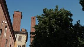 Średniowieczny góruje w uniwersytecie i niektóre drzewach w Pavia, PV, Włochy zbiory