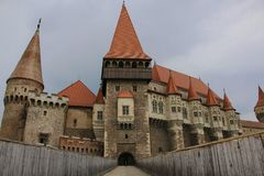 Średniowieczny Hunyad lub Corvin kasztel, Hunedoara miasteczko, Transylvania r obraz royalty free