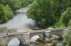 Średniowieczny kamienia most nad rzeką obraz royalty free