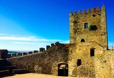 Średniowieczny kasztel Monsaraz, Wewnętrzne Skaliste ściany, podróż Portugalia Fotografia Royalty Free