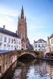 Średniowieczny kościół Nasz dama w Bruges w pogodnym wieczór, Belgia Zdjęcia Royalty Free