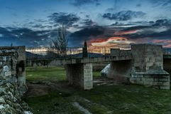 Średniowieczny most Burgo de Osma, Soria, Hiszpania zdjęcie stock