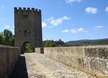 Średniowieczny most Frias z miastem w tle zdjęcie stock