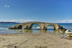 średniowieczny most w wodzie przy Argassi plażą, Zakynthos wyspa Obraz Royalty Free