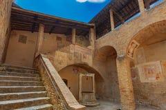 Średniowieczny podwórze i schody San Gimignano, Włochy fotografia royalty free