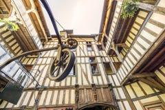 Średniowieczny podwórze otaczający połówką cembrował domy z dobrze po środku go, Troyes, Francja fotografia royalty free
