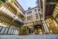 Średniowieczny podwórze otaczający połówką cembrował domy z dobrze po środku go, Troyes, Francja zdjęcia stock