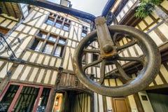 Średniowieczny podwórze otaczający połówką cembrował domy z dobrze po środku go, Troyes, Francja obrazy stock