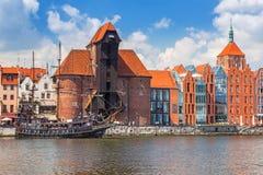 Średniowieczny portowy żuraw nad Motlawa rzeką w Gdańskim Fotografia Royalty Free