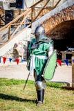 Średniowieczny rycerz w pełnym bojowym opancerzeniu przygotowywa fight_ zdjęcia royalty free