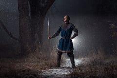 Średniowieczny rycerz z dzidą w opancerzeniu jako stylowa gra trony wewnątrz Fotografia Royalty Free