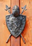 Średniowieczny rycerza hełm, osłona i zdjęcie stock