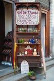 Średniowieczny sklep w Dziejowym centrum Tallinn miasto - Olde Hansa - Tallinn estonia obrazy stock