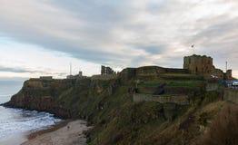 Średniowieczny Tynemouth Priory i kasztel ruin królewiątka Edward ` s zatoka vi obraz stock
