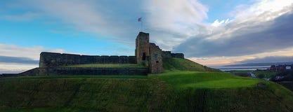 Średniowieczny Tynemouth Priory i kasztel ruin panorama, Zlany królewiątko obraz royalty free