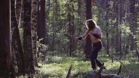 Średniowieczny wojownik uderza z wielkim nożem na imaginacyjnym wrogu Ćwiczy jego walczące techniki zdjęcie wideo
