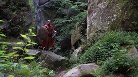 Średniowieczny wojownik w drewnach zbiory wideo