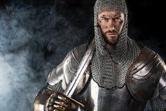 Średniowieczny wojownik z łańcuszkowej poczta kordzikiem i zbroją obrazy stock