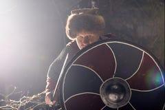 Średniowieczny wojownik z kordzikiem i osłoną fotografia royalty free