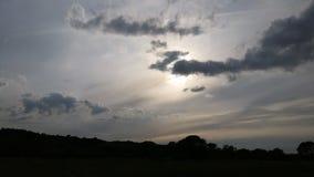 Środek równy z niskimi stratus chmury formacjami na pogodnym późnym popołudniu Fotografia Stock