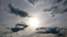 Środek równy z niskimi stratus chmury formacjami na pogodnym późnym popołudniu Zdjęcie Stock