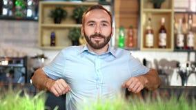 Środek strzelał portret szczęśliwy męski biznesmen stoi opierać przy prętowy relaksujący i uśmiechniętym zbiory wideo