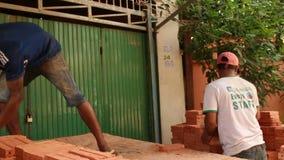 Środek strzelał pracownicy rozładowywa cegły i broguje zbiory