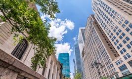Środka miasta Manhattan drapacze chmur, oddolny widok zdjęcie stock