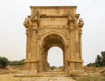 Środka strzał ikonowy łuk Septimius Severus przy antycznymi Romańskimi ruinami Leptis Magna w Libia obrazy royalty free