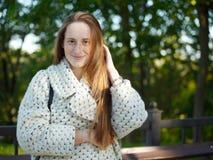 Środka strzał młody modny ubieram poważny caucasian kobiety pozować plenerowy na miastowym miasto parku zamazywał tło zimnego sez fotografia royalty free