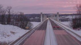 Środka strzał na ruchu drogowym jedzie nad St Croix mostu skrzyżowaniem między Minnestoa i Wisconsin podczas Dramatycznej zim zdjęcie wideo