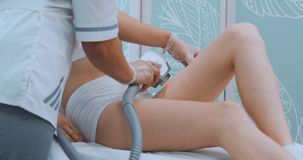 Środka strzał pacjent nogi podczas laserowej włosianej usunięcie procedury Niechciany włosy i laseru usunięcia włosiany pojęcie zdjęcie wideo