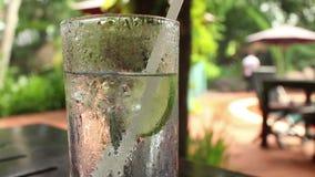 Środka strzał szkło chłodno lodowata tonika z wapnem w relaksującym tropikalnym położeniu zbiory wideo