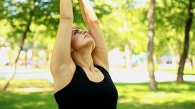Środka strzału młoda kobieta robi joga w parku zdjęcie wideo