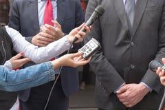 Środka wywiad tło mikrofonów prasy konferencja odizolowane white obrazy royalty free