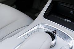 Środki i nawigaci kontrola guziki Nowożytny samochód Samochodowi wnętrze szczegóły Białej skóry wnętrze luksusowy nowożytny samoc Zdjęcia Royalty Free