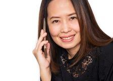 Środkowa dorosła Azjatycka kobieta używa mądrze telefon Uśmiechnięty i przyglądający Obrazy Stock