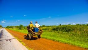 ŚRODKOWA droga KUBA, WRZESIEŃ, - 06, 2015: Koń i fura Fotografia Royalty Free