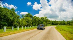ŚRODKOWA droga KUBA, WRZESIEŃ, - 06, 2015: retro samochód Obrazy Stock