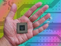 Środkowa Przerobowa jednostka w ręce na drukowanym zielonym komputerze (jednostka centralna) Fotografia Royalty Free