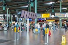 Środkowa sala Schiphol lotnisko z podróżnikami, Zdjęcia Stock