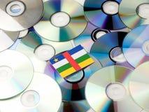 Środkowo-afrykański republiki flaga na górze cd i DVD stosu odizolowywającego Zdjęcia Stock