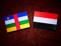 Środkowo-afrykański republiki flaga z Jemeńską flaga na drzewnym fiszorku ja obraz royalty free