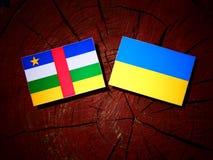 Środkowo-afrykański republiki flaga z kniaź flaga na drzewie stum obraz stock