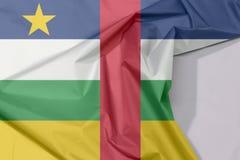 Środkowo-afrykański tkaniny flaga krepa i zagniecenie z biel przestrzenią zdjęcia stock